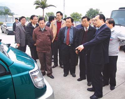 潘心城一行在凌玉章董事长的陪同下,观摩东南 福建 汽车工高清图片